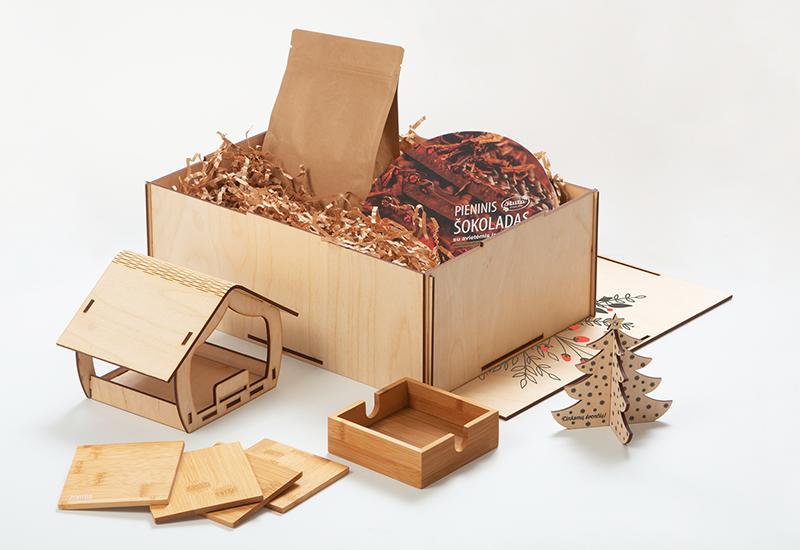 Dovanų idėjos, dovanu rinkiniai, lesyklele, mediniai padekliukai su spauda, kava, sokoladas, kalėdiniai žaisliukai su logotipu