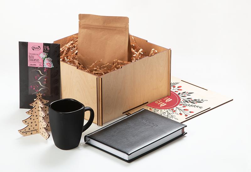 Kalėdinių dovanų rinkinys, darbo kalendorius 2020, puodelis, šokoladas, kava, medinė dėžė su spauda