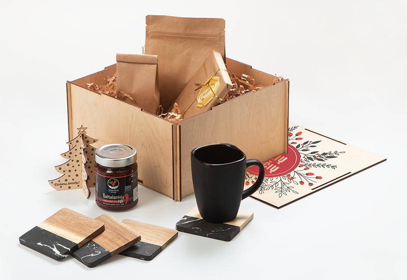 Mediniai padėkliukai su marmuru, puodelis su spauda, maisto produktai, kalediniai zaisliukai, kaledinis dovanu rinkinys