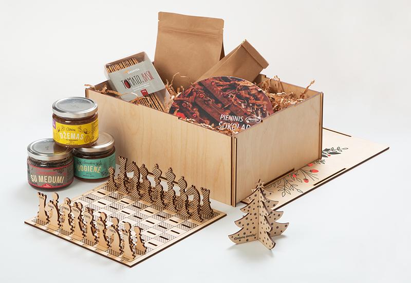Kaledinis verslo dovanu rinkinys, mediniai šachmatai, maisto produktai, šokoladas, kalėdiniai zaisliukai su spauda