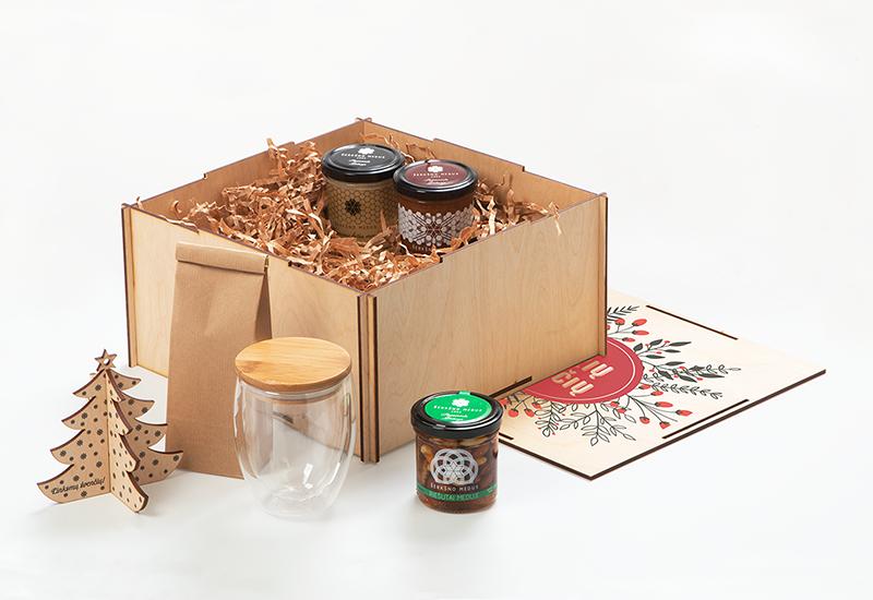 Kaledine dovana verslui, dvigubo stiklo puodelis, medus, kaledinis zaisliukas, arbata, medine deze su logotipu
