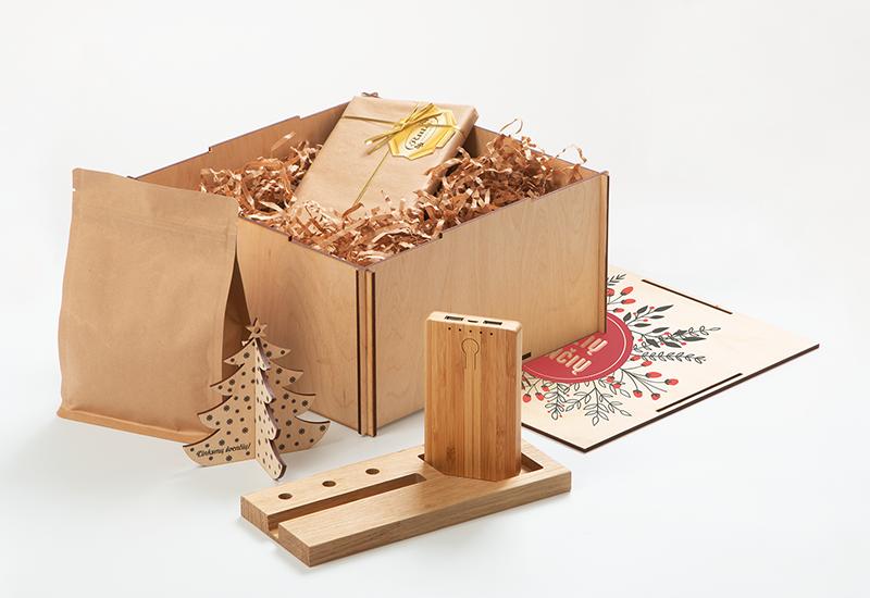 Kalėdinis rinkinys su Powerbank laikmena, azuoliniu stalo stovu, kava, sokoladu bei kalediniu zaisliuku