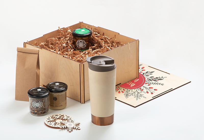 Kalėdinės dovanų idėjos, termo puodelis su logotipu, medus, arbata, kalėdiniai žaisliukai su spauda